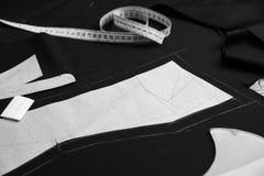 Επαγγελματικό σύνολο εργαλείων ραφτών - πρότυπα εγγράφου, έμφραξη, ταινία μέτρου και ψαλίδι στο χαρακτηρισμένο ύφασμα στοκ φωτογραφία με δικαίωμα ελεύθερης χρήσης