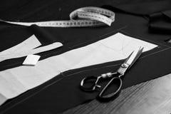 Επαγγελματικό σύνολο εργαλείων ραφτών - πρότυπα εγγράφου, έμφραξη, ταινία μέτρου και ψαλίδι στο χαρακτηρισμένο ύφασμα στοκ εικόνα με δικαίωμα ελεύθερης χρήσης
