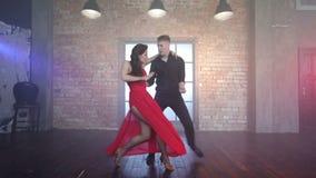 Επαγγελματικό τανγκό χορού ζευγών στον καπνό στο στούντιο απόθεμα βίντεο