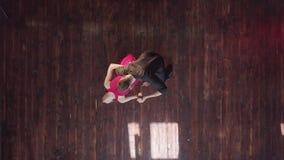 Επαγγελματικό τανγκό χορού ζευγών στο ξύλινο πάτωμα στο στούντιο φιλμ μικρού μήκους