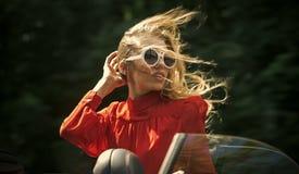 Επαγγελματικό ταξίδι ή διαταγή, ευτυχής οδηγός κοριτσιών Στοκ Φωτογραφία