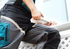 Επαγγελματικό handyman παράθυρο εγκατάστασης στοκ φωτογραφία