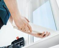 Επαγγελματικό handyman παράθυρο εγκατάστασης στοκ εικόνα