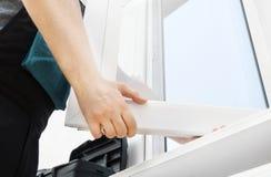 Επαγγελματικό handyman παράθυρο εγκατάστασης στοκ φωτογραφίες