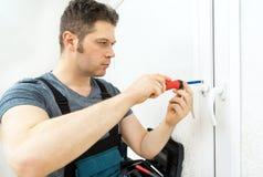 Επαγγελματικό handyman παράθυρο καθορισμού στοκ φωτογραφία με δικαίωμα ελεύθερης χρήσης