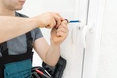 Επαγγελματικό handyman παράθυρο καθορισμού στοκ εικόνες με δικαίωμα ελεύθερης χρήσης