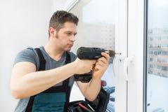 Επαγγελματικό handyman παράθυρο καθορισμού στοκ φωτογραφίες