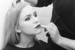 Επαγγελματικό Makeup Κορίτσι με τα κόκκινα χείλια και έξυπνο makeup στο πρόσωπο Στοκ Φωτογραφίες