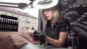 Επαγγελματικό pedicure υλικού χρησιμοποιώντας την ηλεκτρική μηχανή Ο μανικιουρίστας τα καρφιά του κοριτσιού στο σαλόνι καρφιών απόθεμα βίντεο
