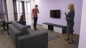 Επαγγελματικό realtor που παρουσιάζει νέο διαμέρισμα απόθεμα βίντεο