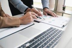 Επαγγελματικό worki επενδυτών ιδεών σχεδίου συνεδρίασης των επιχειρηματιών Στοκ Φωτογραφίες