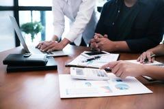 Επαγγελματικό worki επενδυτών ιδεών σχεδίου συνεδρίασης των επιχειρηματιών στοκ φωτογραφία