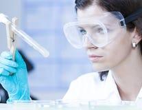 Επαγγελματίας υγειονομικής περίθαλψης στο εργαστήριο Στοκ εικόνα με δικαίωμα ελεύθερης χρήσης