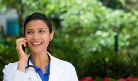 Επαγγελματίας υγειονομικής περίθαλψης στο τηλέφωνο στοκ φωτογραφία