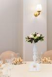 Επαγγελματικά αποτελούμενη νυφική ανθοδέσμη από τα τριαντάφυλλα και τα λουλούδια ορχιδεών Στοκ Φωτογραφία