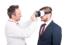 Επαγγελματικά φουτουριστικά γυαλιά επιχειρηματιών γιατρών καθαρίζοντας Στοκ φωτογραφίες με δικαίωμα ελεύθερης χρήσης