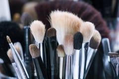 Επαγγελματικές βούρτσες makeup στο σωλήνα Βρώμικα εργαλεία makeup Στοκ φωτογραφία με δικαίωμα ελεύθερης χρήσης