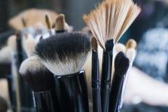Επαγγελματικές βούρτσες makeup στο σωλήνα Βρώμικα εργαλεία makeup Στοκ Εικόνα