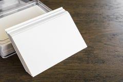Επαγγελματικές κάρτες στον ξύλινο πίνακα Στοκ φωτογραφία με δικαίωμα ελεύθερης χρήσης