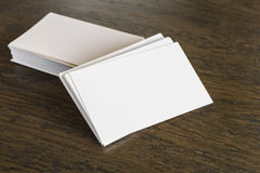 Επαγγελματικές κάρτες στον ξύλινο πίνακα Στοκ εικόνα με δικαίωμα ελεύθερης χρήσης