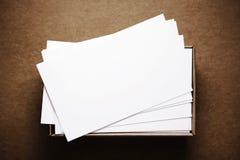 Επαγγελματικές κάρτες στο σκοτεινό καφετί χαρτόνι Στοκ Εικόνες