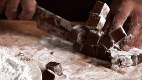 Επαγγελματικές κύριες εργασίες με τη σοκολάτα, που απομονώνονται στο άσπρο υπόβαθρο απόθεμα βίντεο