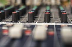 Επαγγελματική ακουστική κονσόλα μίξης με τα faders Στοκ Φωτογραφία