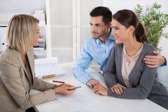 Επαγγελματική επιχειρησιακή συνεδρίαση: νέο ζεύγος ως πελάτες και Στοκ φωτογραφία με δικαίωμα ελεύθερης χρήσης