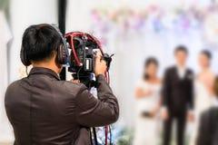 Επαγγελματική ημέρα γαμήλιας τελετής καταγραφής videographer Στοκ εικόνα με δικαίωμα ελεύθερης χρήσης