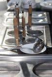 Επαγγελματική κουζίνα δοχείων μετάλλων με τις κουτάλες Στοκ Εικόνες