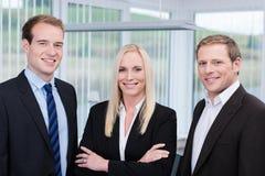 Επαγγελματική νέα ευτυχής ομάδα στο γραφείο στοκ εικόνες