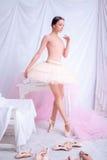 Επαγγελματική τοποθέτηση χορευτών μπαλέτου στο ροζ Στοκ φωτογραφία με δικαίωμα ελεύθερης χρήσης