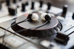 Επαγγελματική υγιής περιστροφική πλάκα ελεγκτών μίξης DJ Midi Στοκ Εικόνες