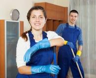 Επαγγελματικοί καθαριστές που καθαρίζουν το καθιστικό Στοκ Φωτογραφία