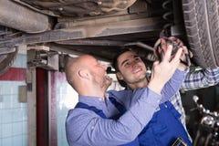 Επαγγελματικοί μηχανικοί που επισκευάζουν το αυτοκίνητο Στοκ Εικόνες