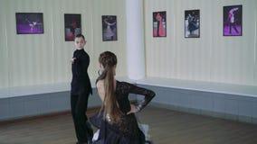 Επαγγελματικοί χορευτές που χορεύουν στην αίθουσα χορού λατινικά 4K απόθεμα βίντεο