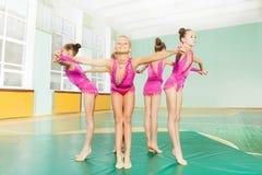Επαγγελματικοί gymnasts που διαμορφώνουν τα χέρια εκμετάλλευσης κύκλων Στοκ Εικόνες