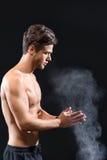 Επαγγελματικός αθλητικός τύπος που εφαρμόζει τη σκόνη στα όπλα στοκ φωτογραφία