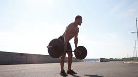 Επαγγελματικός αθλητικός τύπος που προετοιμάζεται για την κατάρτιση με ένα barbell κίνηση αργή απόθεμα βίντεο