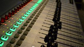 Επαγγελματικός ακουστικός αναμίκτης στούντιο απόθεμα βίντεο