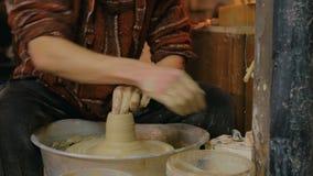 Επαγγελματικός αρσενικός αγγειοπλάστης που κατασκευάζει την κούπα στο εργαστήριο αγγειοπλαστικής απόθεμα βίντεο