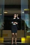 Επαγγελματικός γυναικείος διευθυντής έννοιας επιχειρηματιών που σκέφτεται για την εργασία της Στοκ Φωτογραφίες