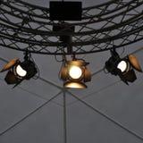 Επαγγελματικός εξοπλισμός φωτισμού κοντά στο ανώτατο όριο του σταδίου θεάτρων Στοκ φωτογραφία με δικαίωμα ελεύθερης χρήσης