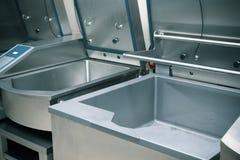 Επαγγελματικός εξοπλισμός χάλυβα κουζινών για να προετοιμαστεί τροφίμων τονισμένος Στοκ Εικόνα