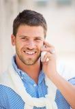 Επαγγελματικός επιχειρηματίας που μιλά στο τηλέφωνο κυττάρων Στοκ εικόνα με δικαίωμα ελεύθερης χρήσης