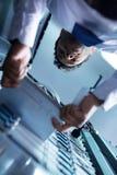 Επαγγελματικός επιδέξιος τεχνικός που παίρνει έξω τον κεντρικό υπολογιστή λεπίδων Στοκ φωτογραφίες με δικαίωμα ελεύθερης χρήσης