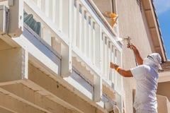 Επαγγελματικός ζωγράφος σπιτιών που φορά το του προσώπου χρώμα ψεκασμού προστασίας Στοκ εικόνες με δικαίωμα ελεύθερης χρήσης