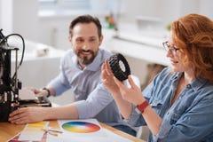 Επαγγελματικός δημιουργικός σχεδιαστής που εξετάζει το τυπωμένο αντικείμενο στοκ εικόνες με δικαίωμα ελεύθερης χρήσης
