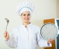 Επαγγελματικός θηλυκός μάγειρας που προσφέρει τη γρήγορη και εύκολη συνταγή Στοκ Εικόνες
