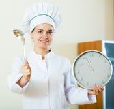 Επαγγελματικός θηλυκός μάγειρας που προσφέρει τη γρήγορη και εύκολη συνταγή Στοκ εικόνες με δικαίωμα ελεύθερης χρήσης